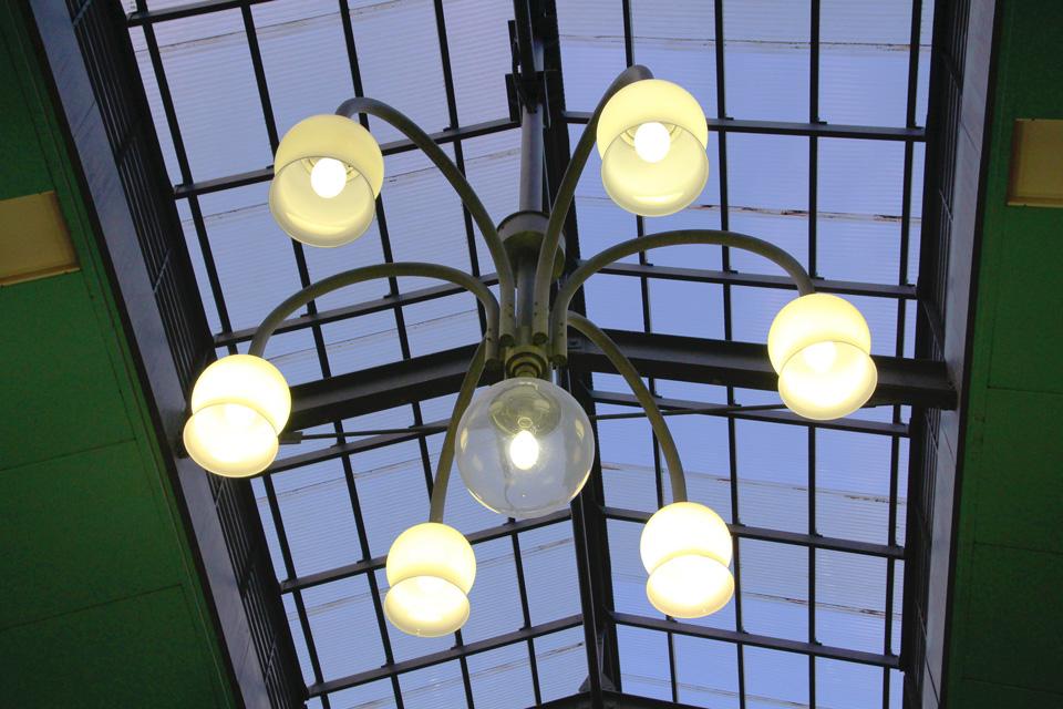 都通り天井の街灯
