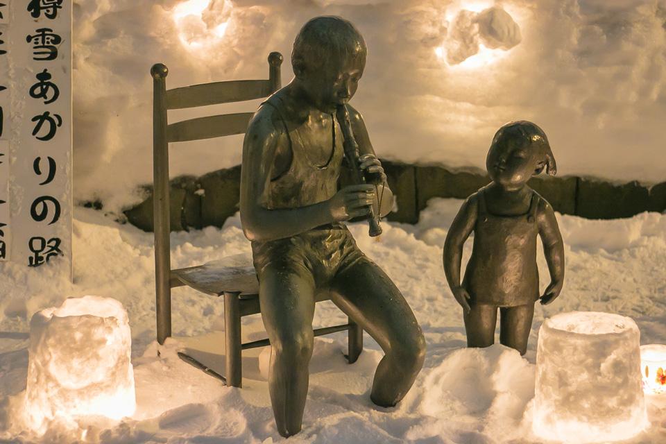小樽雪あかりの路-小樽運河中央橋-笛を吹く少年