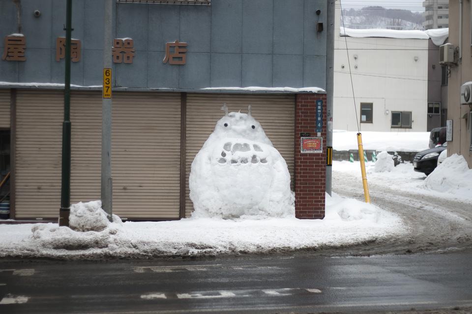 越後屋陶器店トトロの雪像