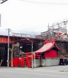 高架下の赤い社